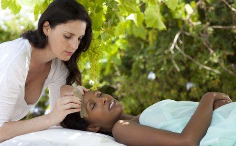 中医美容刮痧 面部刮痧 中医刮痧美容方 刮痧步骤详解