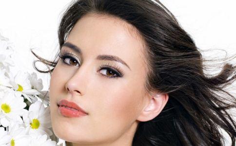 眼部疾病 描眼线 刷睫毛膏 眼部化妆品 女性画眉