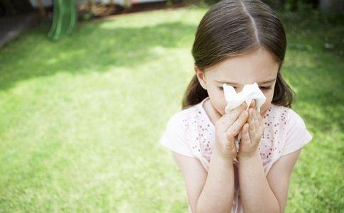 对付感冒的方法 感冒 热水泡脚 盐水漱口 预防感冒 咳嗽