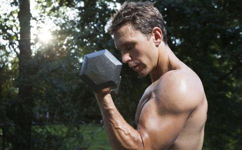 哑铃动作太大易受伤 举哑铃 锻炼肩部肌肉