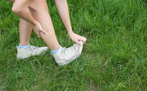 脚扭伤女孩扭伤脚扭伤脚小孩脚扭伤了  竖