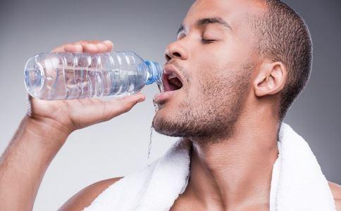 早上起床 早上起床喝什么水好 盐水 饮料 自来水 健康