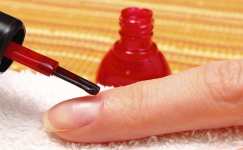 指甲油 涂抹指甲油 涂抹指甲油的技巧 如何涂指甲油