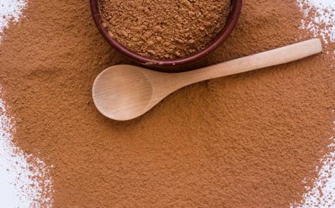 变色效果:咖啡色   染发步骤: {1}准备平时5人分量饮用的咖啡粉,用