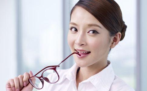 戴眼镜怎么化妆 戴眼镜的化妆技巧 戴眼镜化妆应注意什么