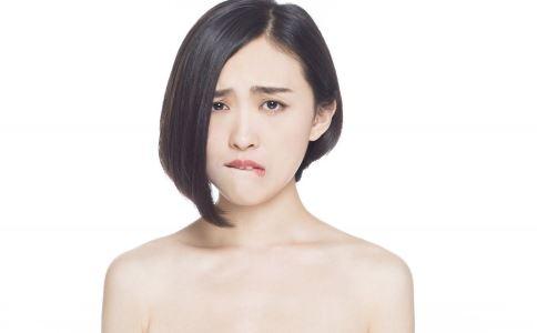 这款圆脸短发发型刚好剪至脖颈,露出漂亮的颈部,金色的项链和头发颜色