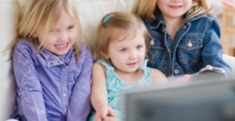 儿童常看电视的危害 幼儿看电视有哪些危害 怎样让宝宝不沉迷电视