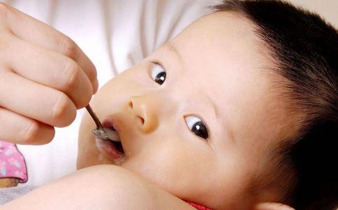 宝宝/由于机体各系统和器官发育不完善,宝宝对气候的变化尤其敏感。