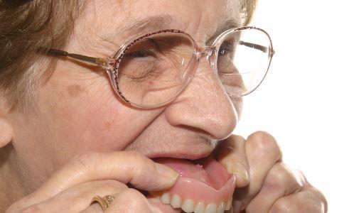 澳男子每天喝8升可乐 澳男子每天喝8升可乐致掉牙 男子每天喝8升可乐致牙齿掉光
