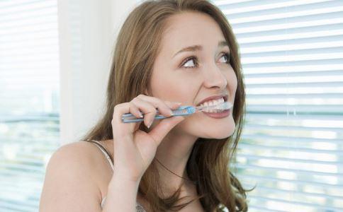 刷牙牙刷不沾水 刷牙前漱口 刷牙的正确方法