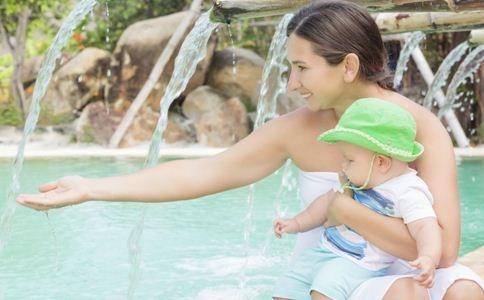 怎样给刚出生的宝宝洗澡图片