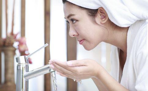 盐水洗脸好吗 盐水洗脸的方法 盐水洗脸注意事项
