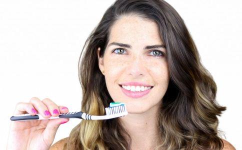 如何用小苏打刷牙 牙齿发黄怎么办 刷牙的正确方法