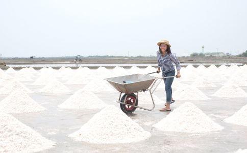亚硝酸钠工业盐常识 误食含亚硝酸钠工业盐的急救方法 误食含亚硝酸钠工业盐的危害