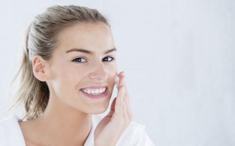 女性要如何正确使用护肤品 用护肤品要注意哪些 怎么使用护肤品才正确