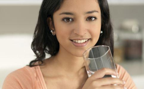 喝水排毒法 多喝水排毒吗 如何正确喝水