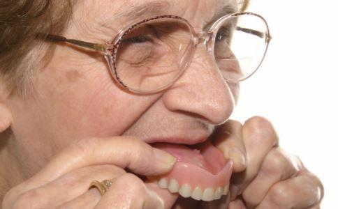 戴假牙注意事项 戴假牙护理 假牙护理方法