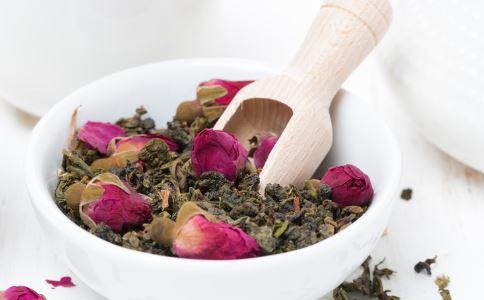 夏天喝玫瑰花茶好吗 喝玫瑰花茶的好处 玫瑰花茶的功效