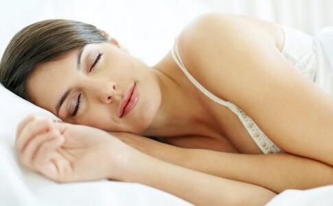 裸睡对女人有什么好处 裸睡有什么好处 女人裸睡