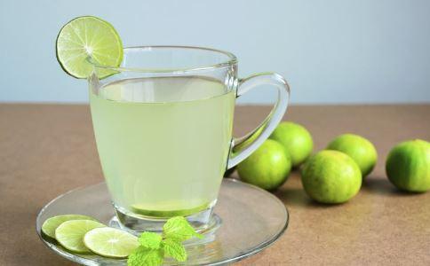柠檬片泡水喝有什么功效 柠檬片泡水喝的功效 柠檬片泡水喝的作用