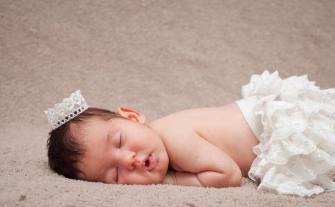 小宝宝长痱子怎么办 宝宝长热痱子怎么办 宝宝长痱子怎么办啊宝宝爱长痱子怎