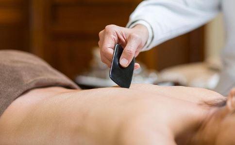 腰酸背痛适合刮痧吗 刮痧要注意哪些 腰酸背痛可以刮痧吗