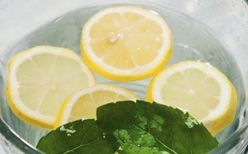 鲜柠檬片泡水喝有功效 柠檬泡水喝功效 泡水喝功效