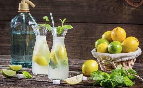 柠檬泡水喝的功效 柠檬泡水的功效 泡水喝的功效