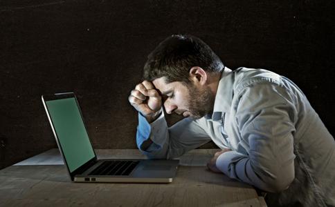 长期沉迷电脑的危害 长期面对电脑对视力的影响 长期沉迷电脑容易导致视网膜脱落