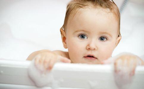 宝宝最佳洗澡时间 什么时间给宝宝洗澡 宝宝什么时间洗澡好