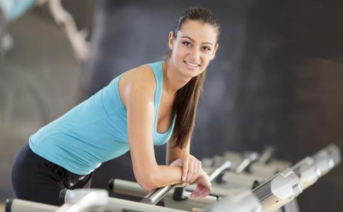 跑步机锻炼的正确姿势 跑步机健身姿势 跑步机健身要注意什么