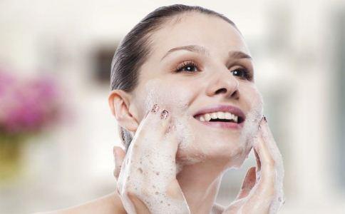 油性肌肤的控油方法有哪些 油性肌肤如何控油 油性肌肤怎么控油