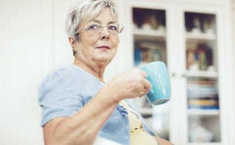 老人喝水 喝水的正确方法 老人喝水的好处