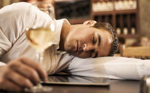 醉酒后难受该怎么办 醉酒难受怎么办 侧卧睡觉