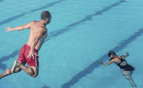 游泳有哪些好处 夏季男性游泳有哪些好处 游泳要注意什么问题