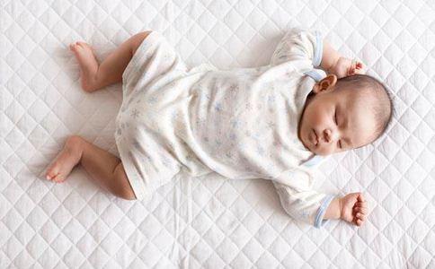 宝宝长牙不适 宝宝长牙疼 宝宝长牙咬人