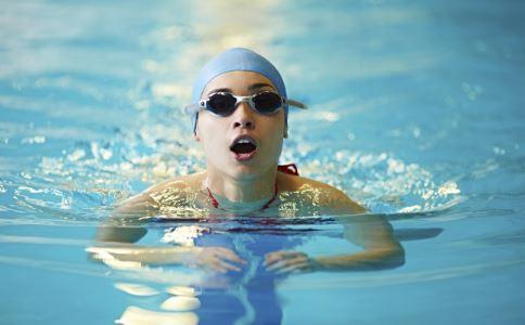 女性月经前后四天不能游泳。