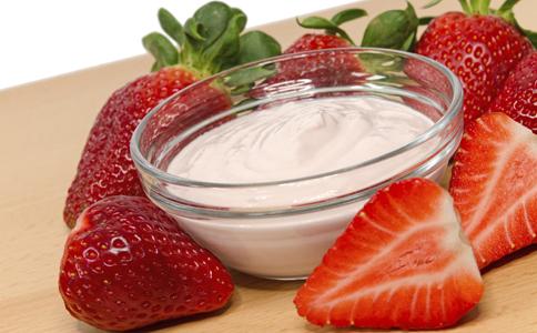喝酸奶的注意事项 如何正确地喝酸奶 喝酸奶时需要注意什么