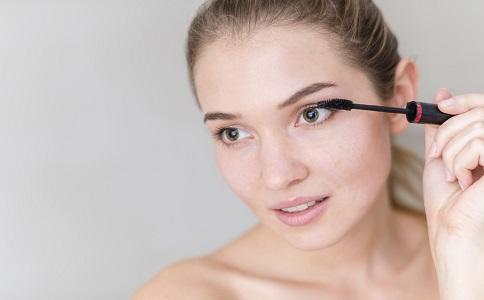 假睫毛怎么贴自然 假睫毛以假乱真的秘密 自己怎么贴假眼睫毛