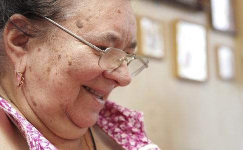 如何保護老人視力老人老花眼怎麼辦老人眼部按摩的方法