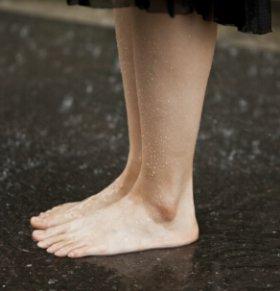 大叔赤足行走十年 赤脚走路能长寿吗
