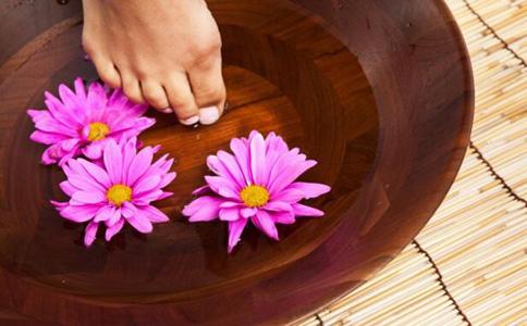足浴有利于女性缓解痛经症状。