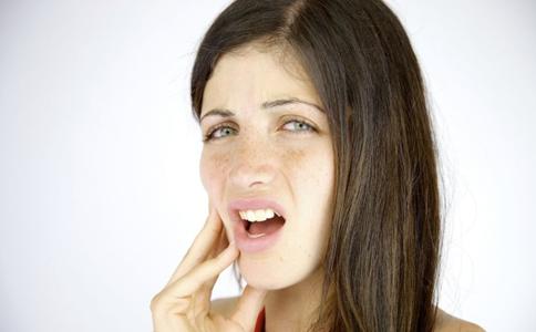 口腔溃疡是因为火气大吗 引起口腔溃疡的原因 哪些原因会引起口腔溃疡