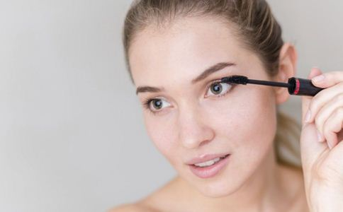 如何正确刷睫毛 使用睫毛膏的技巧 刷睫毛膏的方法