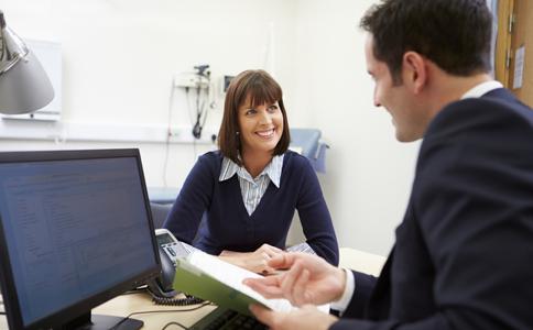 办公室说话有什么技巧 办公室说话要注意哪些 办公室里的说话技巧
