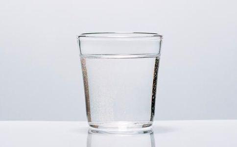 人每天要喝多少水 每天喝多少水 不喝水易生病