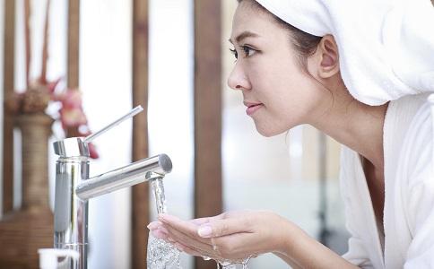 引起色斑的原因有哪些 哪些原因会导致色斑 不良的清洁习惯会导致色斑