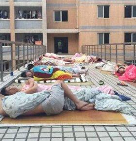 持续高温没空调 大学生走廊裸睡避暑