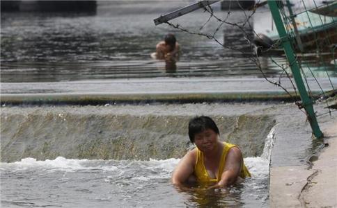 大妈水渠里消暑 高温天气吃什么消暑 高温吃什么消暑