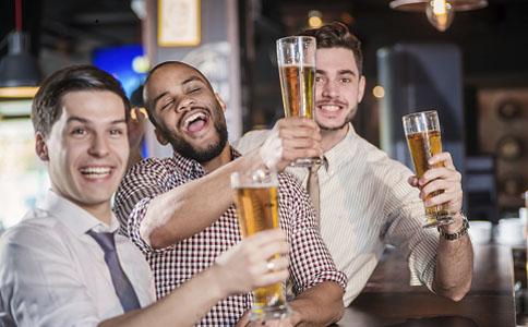 职场喝酒误区有哪些 男士喝酒红脸不易醉吗 职场喝酒方法是什么